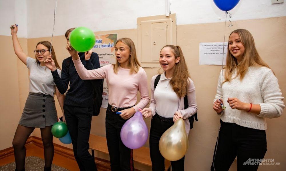 радостно приветствовали с шариками...