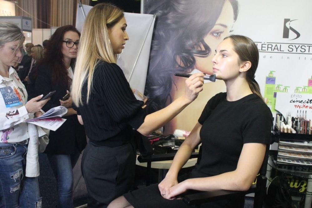Участников выставки обучали секретам макияжа