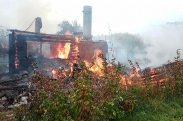 19 пожарных пытались потушить полыхающий дом в