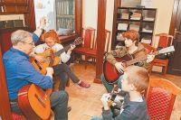Никакие  онлайн-курсы не сравнятся с«живым» обучением игре намузыкальном инструменте.