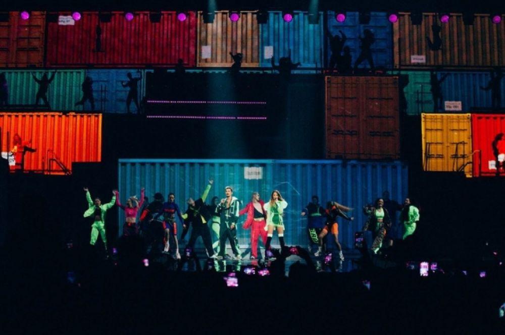 VISLOVO – это яркое световое шоу, мощный звук, живой вокал и шоу-балет, который покорил сердца людей. Энергетическая бомба с привкусом романтического настроения.