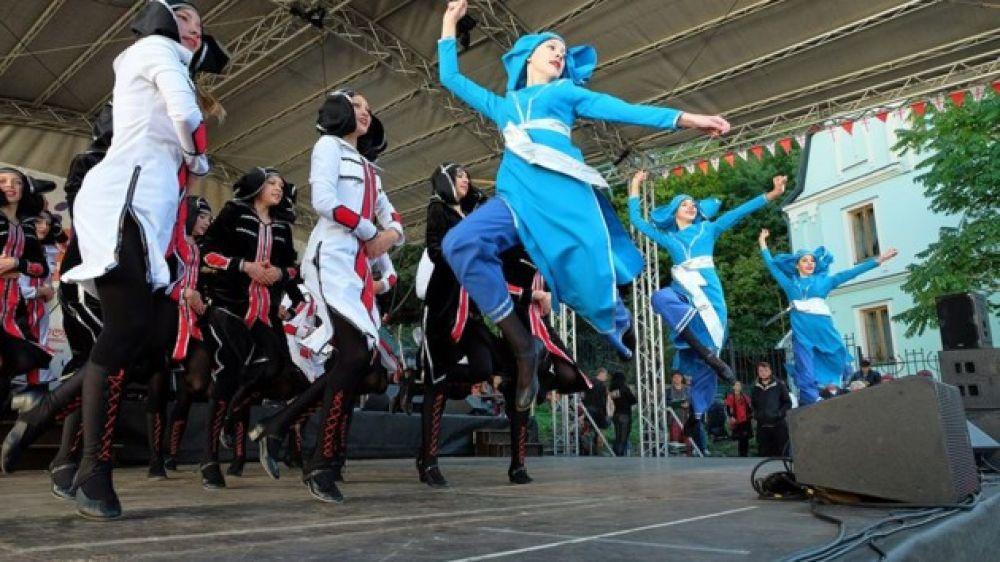 Еще одно громкое танцевальное событие отгремело в эти выходные в Киеве - это фестиваль грузинских танцев Тбилисоба, приуроченный к большому грузинскому празднику! Вновь, в который раз, Андреевский спуск, запел и заплясал под грузинские ритмы.