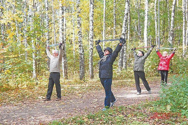 В группе здоровья не только совершают прогулки с палками, но и укрепляют все мышцы.
