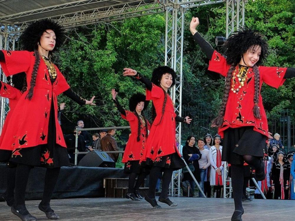 Со сцены фестиваля яркими танцами и костюмами нас радовал грузинский ансамбль Тбилисоба, а также другие артисты. Кроме того, работала ярмарка, на которой свои работы представили лучшие мастера, фуд-корты с национальной грузинской едой и многое другое, что превращало выходные в Киеве в выходные в Грузии!