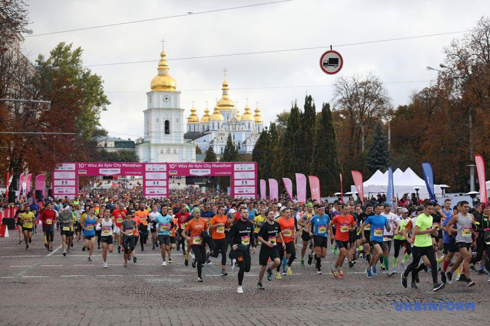 Тем временем, в центре Киева прошел благотворительный марафон Wizz Air Kyiv City Marathon, участники которого добежали до ВДНГ. Марафон проходит в рамках Sport Family Weekend.