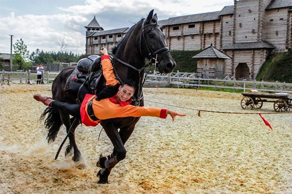 В парке Киевская Русь прошли соревнования по конному спорту «Кентавры» и наездники продемонстрировали свои умения держаться в седле и акробатические трюки, от которых дыхание перехватывает!