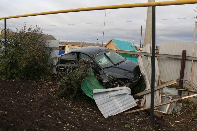 В Абдулино пьяный водитель врезался в забор и опору ЛЭП.