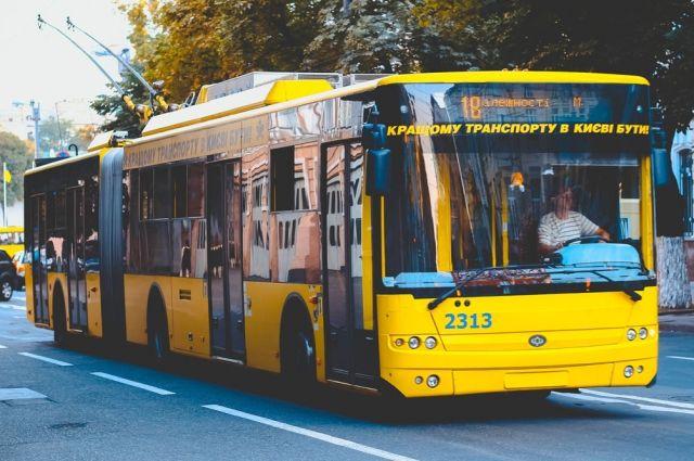 Сами себе транспорт: в Киеве пассажирам пришлось толкать сломанный троллейбус