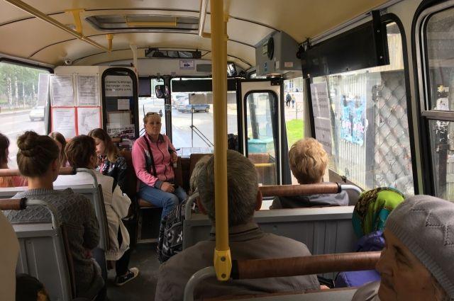 Пассажиры автобуса кричали, чтобы водитель остановился и открыл двери.