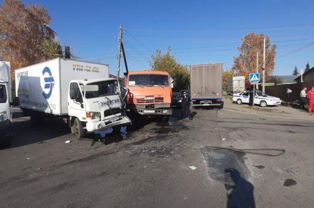 Водителя грузовика зажало в кабине после ДТП с фурой в Новосибирске