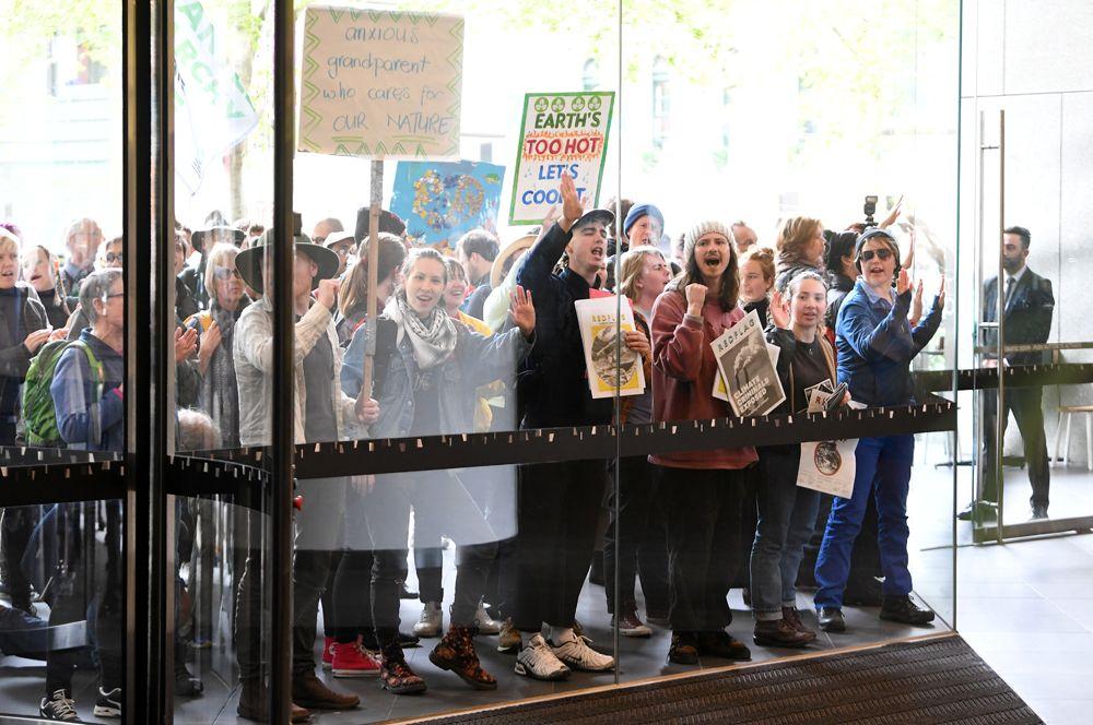 Активисты возле офиса энергетической компании Energy Australia в Мельбурне.
