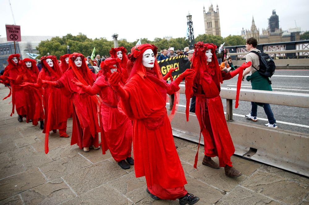 Участники акции протеста на Ламбет-Бридж в Лондоне.