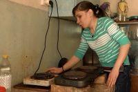 В отсутствие газа жильцам общежития приходится с риском готовить на электроплитах.