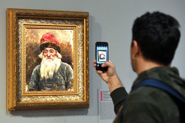 Фотографировать на выставке не запрещают.
