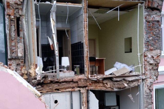 В здании обрушилась кирпичная кладка с третьего по первый этажи.
