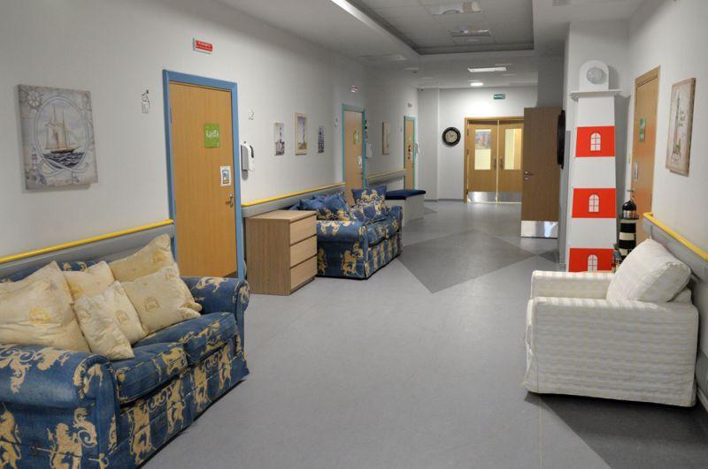 В широких коридорах детского хосписа можно общаться и кататься на коляске с электроприводом. В бассейне могут плавать даже дети с аппаратами искусственной вентиляции лёгких.