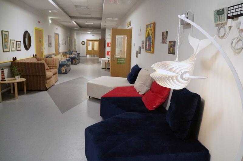 На 1-м и 2-м этажах обустроено 15 одноместных палат (комнат) для маленьких пациентов и их родителей.
