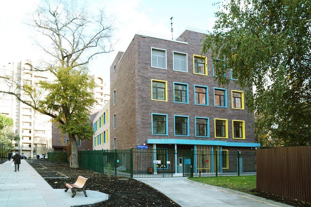 После ремонта здесь получился настоящий 4-этажный дом для детей – с цветными окнами и выходом в сад.