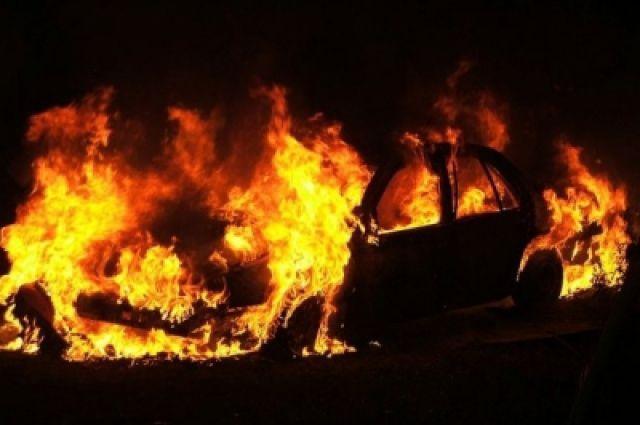 Тушить горящую машину водителю помогли другие автомобилисты.