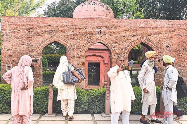 Мемориал Джаллианвала-багх. Белыми рамками отмечены следы от пуль британских колонизаторов.