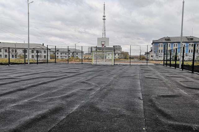 Покрытие спортплощадки в обновлённом парке Победы в Воркуте вздулось и пошло буграми практически сразу после его открытия.