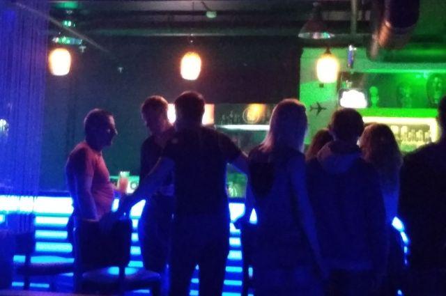 Подростки беспрепятственно распивали алкоголь в развлекательном заведении.