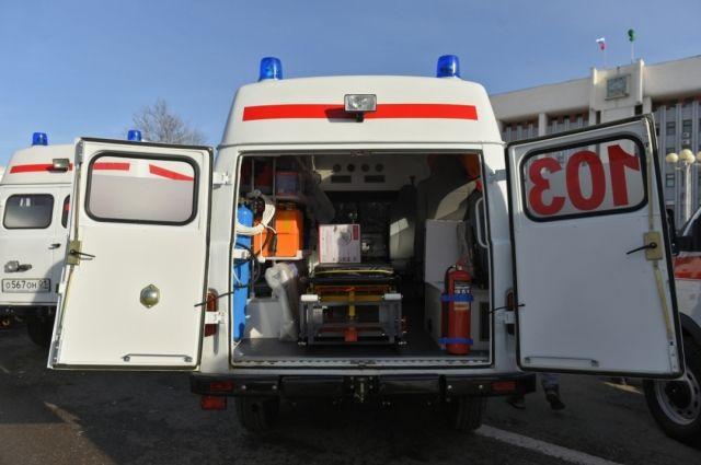 Врачи помогут пожилым людям добраться до больницы.