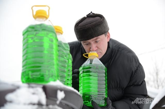 Специфический запах жидкости имеет отношение к изопропиловому спирту, а не метанолу. Он не оказывает негативного влияния на здоровье.