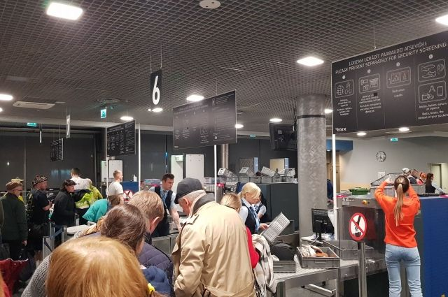 Застряли в аэропорту: двадцать украинцев не смогли вылететь в Киев из Риги