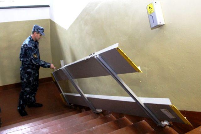 Откидную конструкцию прикрепили к стене, при необходимости её опускают на лестничные марши, позволяя инвалиду на кресле-коляске беспрепятственно передвигаться.