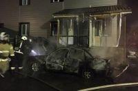 На улице Чекистов огонь с загоревшегося авто перекинулся на здание