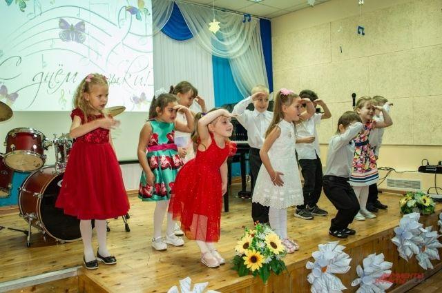 Под бурные аплодисменты зрительного зала талантливые «звёздочки» музыкального небосклона блистали мастерством – играли на инструментах, пели и даже танцевали.