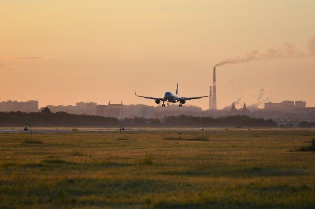Пассажир авиарейса из Нового Уренгоя решил покурить в самолете