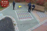 Облили краской: в Киеве вандалы надругались над памятником воинам АТО