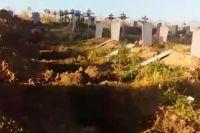 После разгоревшегося скандала оперативно пригнали трактор с соседнего кладбища и закопали погребения.