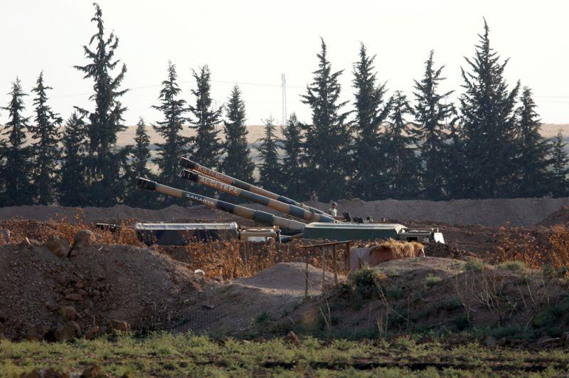 Турецкая военная техника на турецко-сирийской границе недалеко от города Акчакале в Турции.