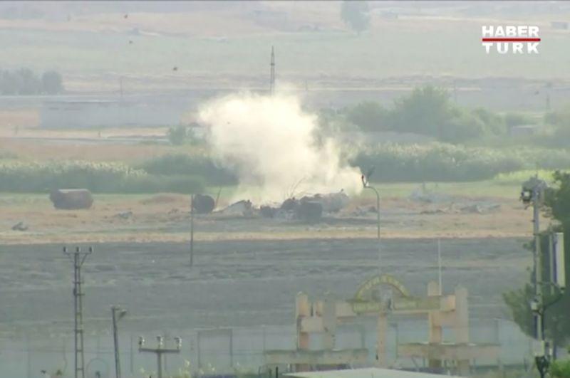 Дым от взрыва в пограничном городе Тель-Абьяд в Сирии.