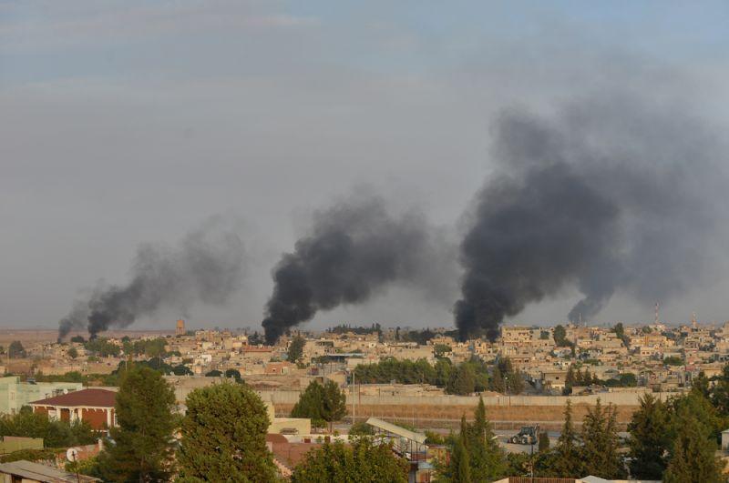 Дым на территории сирийского пограничного города Рас-эль-Айн, вид со стороны турецкого города Джейланпынар.