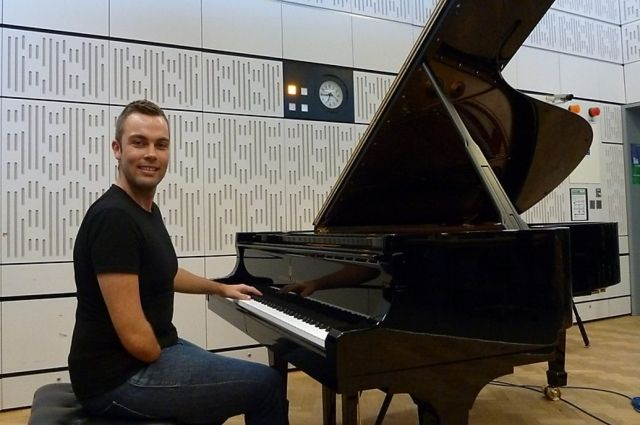 Николас МакКарти сыграет на фортепиано левой рукой мировую классику.