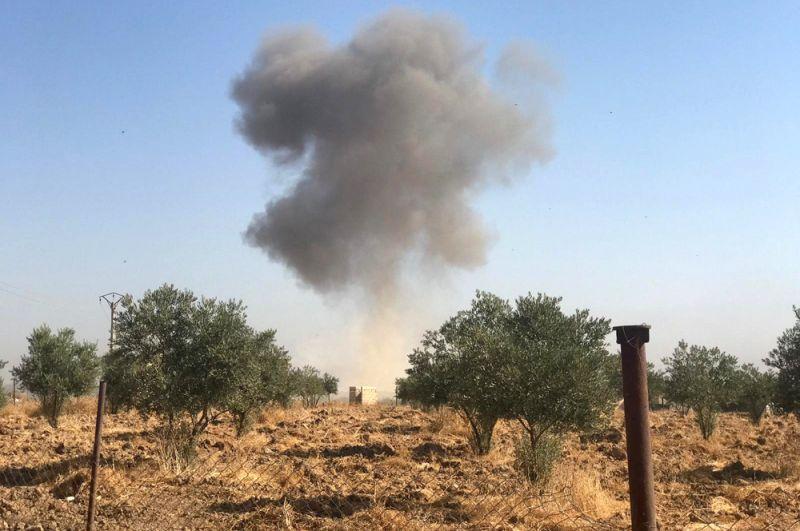 Поднимающийся дым в деревне Тель-Аркам в окрестностях города Рас-эль-Айн в Сирии.