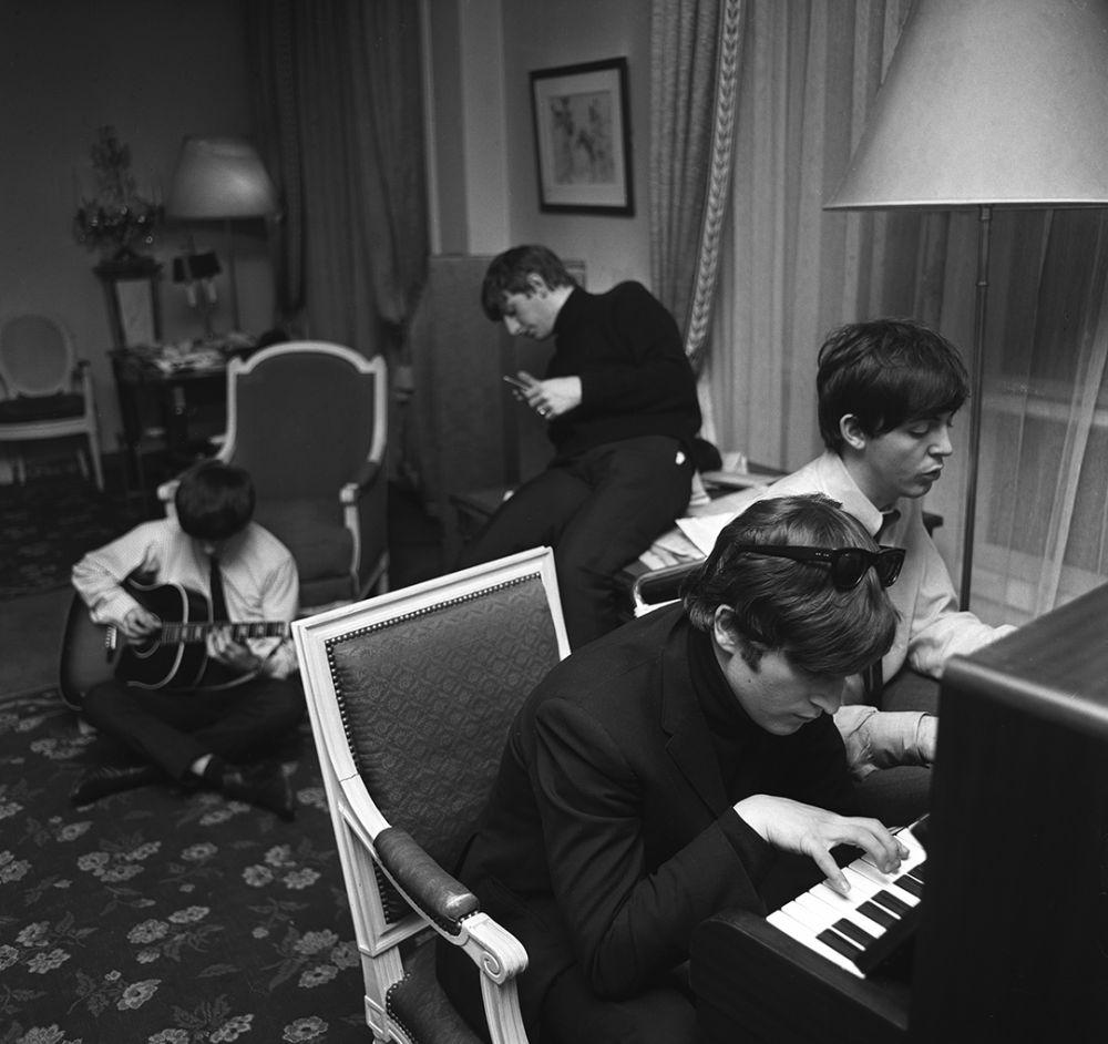 Битлз работают над песней «I feel fine». Отель George V. Париж. 1964