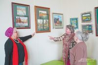 Посетители выставки «Параллели» оживлённо спорят о работах. «Своя» Москва есть не только у художниц, но и у каждого жителя города.