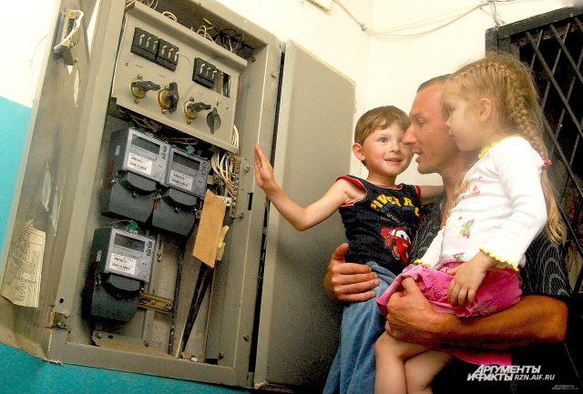 Тем не менее случаи электроожогов увеличиваются. Детям с ранних лет нужно объяснять, чем опасно электричество.
