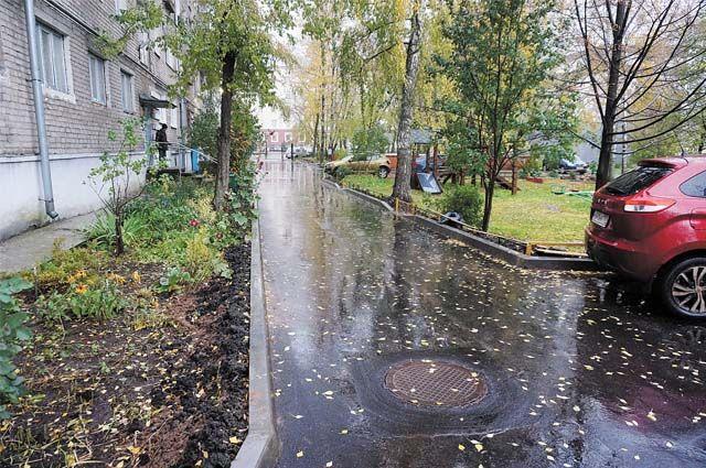 Освободить двор от машин, огородить территорию и не опасаться уплотнительной застройки - вот плюсы собственности. Но есть и минусы.
