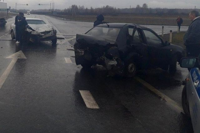 На тюменской трассе пьяная иномарка снесла притормозивший автомобиль Geely