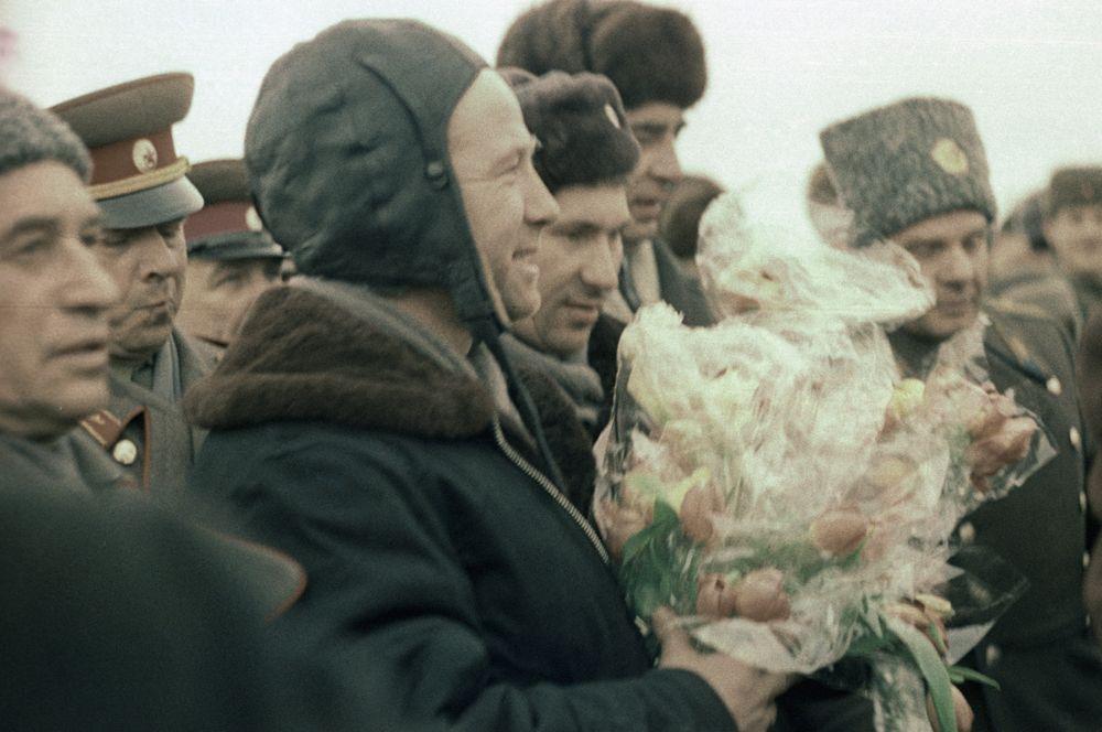 Экипаж космического корабля «Восход-2» встречают в Перми после успешного завершения полета. 21 марта 1965 года.