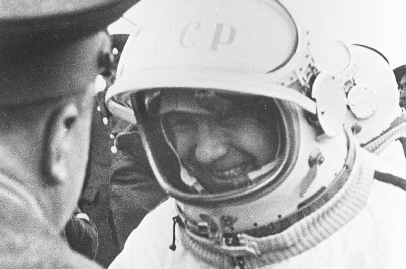 Летчик-космонавт СССР Алексей Леонов на стартовой площадке космодрома Байконур.