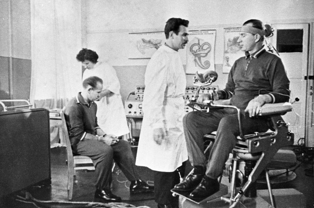 Советские летчики-космонавты Павел Иванович Беляев (слева) и Алексей Архипович Леонов в Центре подготовки космонавтов.