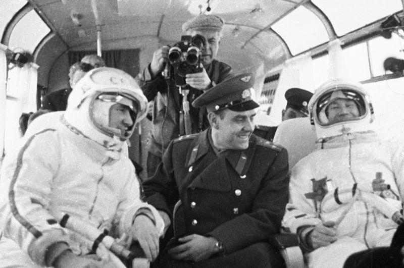 Экипаж космического корабля «Восход-2» — космонавты Павел Беляев (слева) и Алексей Леонов (справа) в сопровождении летчика-космонавта СССР Владимира Комарова направляются на стартовую площадку космического корабля.
