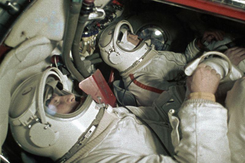 Космонавты Павел Беляев и Алексей Леонов в тренажере космического корабля «Восход».